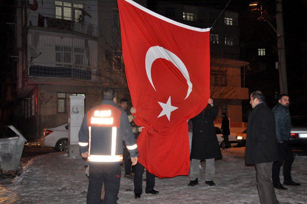 Şehit Pınar'ın evine Türk bayrakları asıldı.