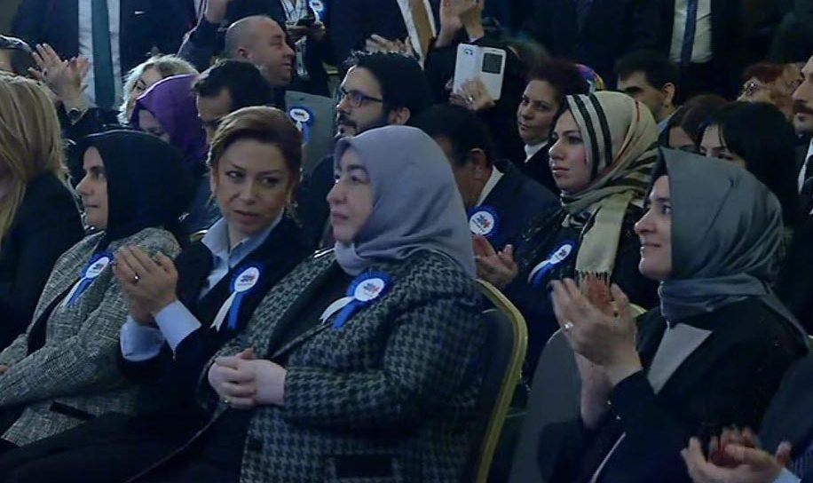 Bakan Sayan Kaya'nın, Başbakan'ın eleştirilerini 'gülümsüyerek' alkışması dikkat çekti.