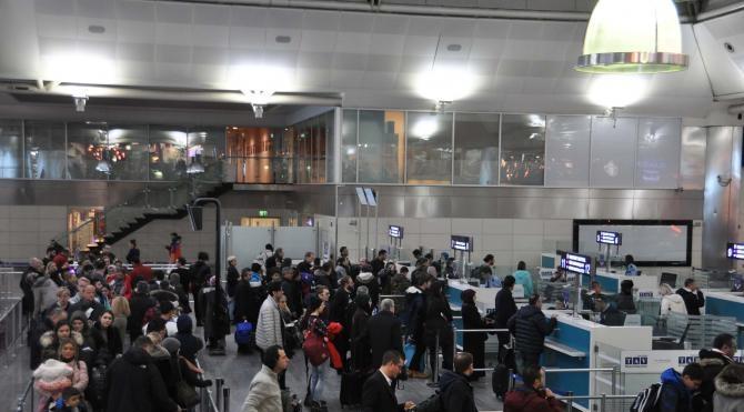 Atatürk Havalimanı'nda uçakların kalkışlar gecikmeli, inişler sıkıntılı