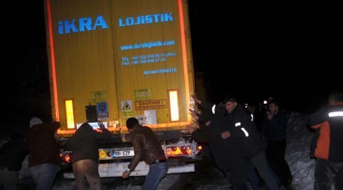 D100 Karayolu ulaşıma kapandı, araçlar mahsur kaldı (2)