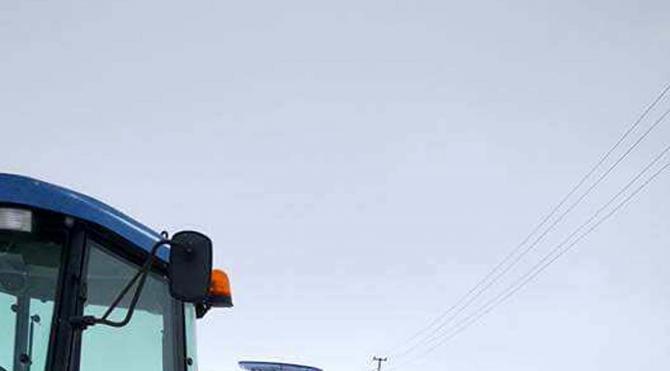 Kara saplanan ambulansı muhtar traktörüyle kurtardı