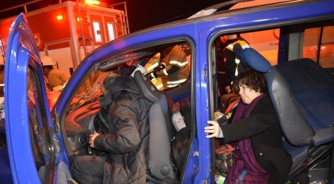 Ters şeride giren otomobille hafif ticari araç çarpıştı: 4 yaralı