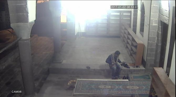 Camiden ayakkabı hırsızlığı güvenlik kamerasında