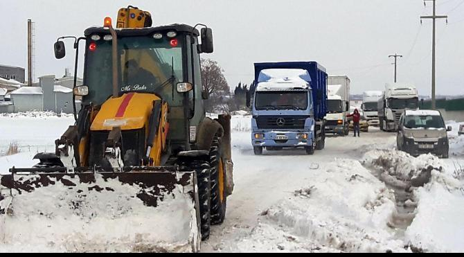 Çorlu'da kar ulaşımı aksattı, fırtına direkleri devirdi