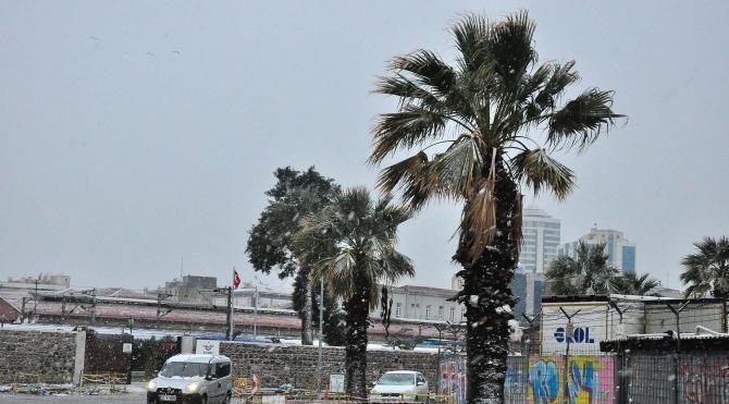 İzmir'de kar etkili oldu
