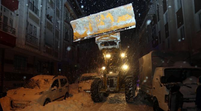 Hasta bebek karla kapanan yoldan iş makinesi eşliğinde hastaneye götürüldü