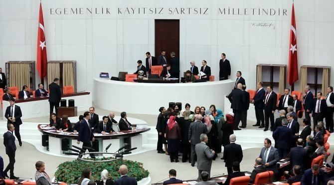 Bağımsız milletvekili Aylin Nazlıaka kendisini kürsüye kelepçeledi 3