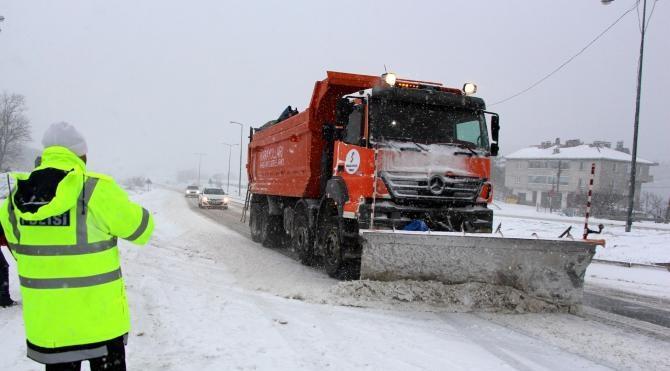 Bolu Dağı'nda kar ulaşımı aksattı