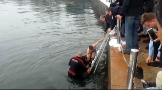 Denize atlayarak intihara kalkışan kişi kurtarıldı