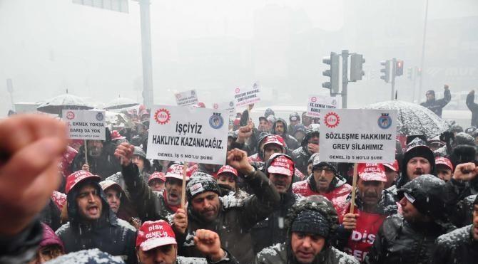 Karabağlar Belediyesi'nde grev ilanı asıldı