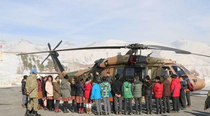 Hakkarili öğrenciler Komando Tugayı'na misafir oldu askeri helikoptere bindi
