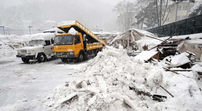Sarıyer'de pazarın çatısı çöktü