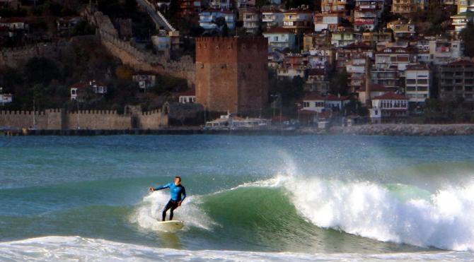 Dalgalı deniz sörfçülere yaradı