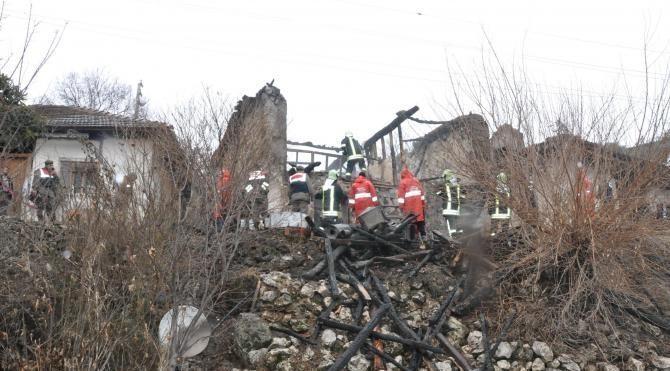 Evde çıkan yangında 3 kişi öldü (3)