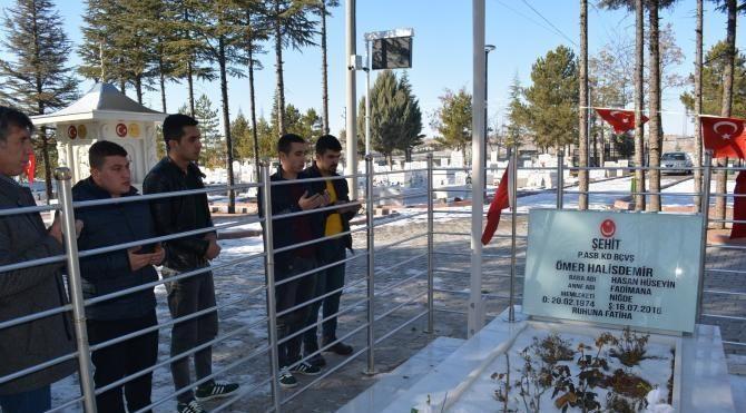 Polis adaylarından sınav öncesi Ömer Halisdemir'in kabrine ziyaret