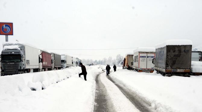 D100 Karayolu ulaşıma kapandı araçlar mahsur kaldı