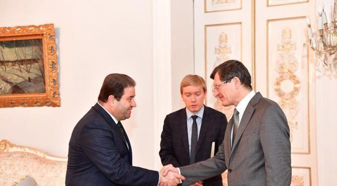 Başkan Ali Kılıç �Karlov için karanfil bıraktı