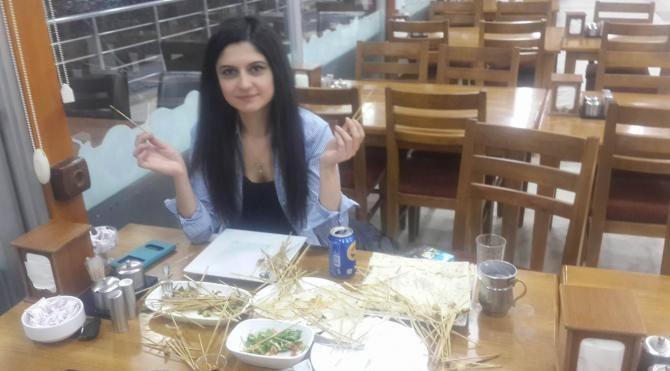 Çöp şiş yeme rekorunu ilk kez bir kadın kırdı