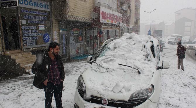 Kar kütlesi hafif ticari aracın üzerine düştü