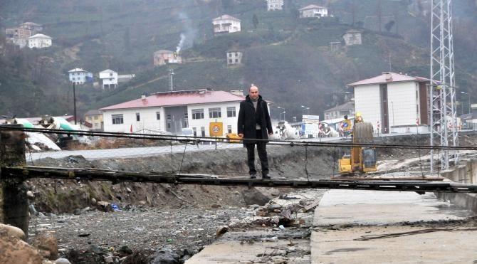 Rize de asma köprü duble yol inşaatının üzerinde kaldı