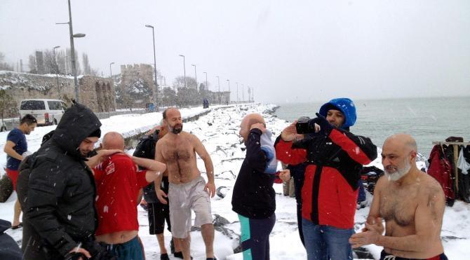 Kar ve soğuk havaya aldırmadan denize girdiler
