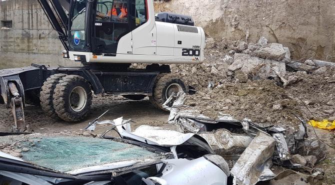 İstinat duvarı çöktü 2 araç altında kaldı