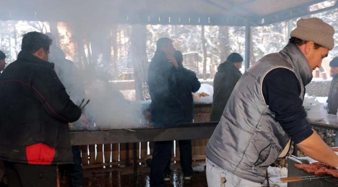 Kar mesaisi yapan belediye işçilerine mangal ziyafeti
