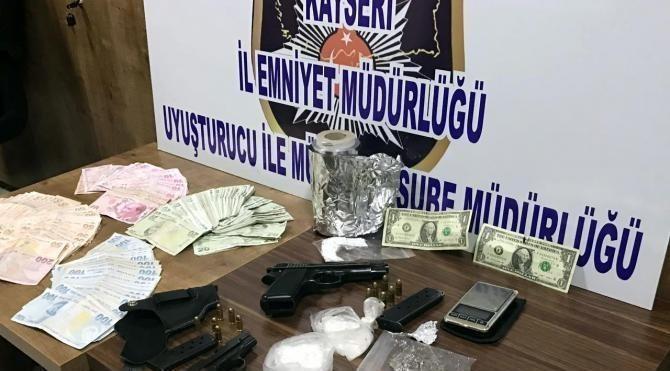 Uyuşturucu operasyonunda F serisi 1 dolarlar ele geçirildi