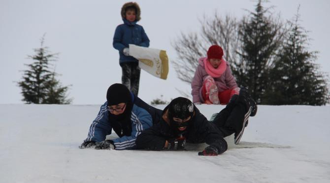 Tunca Nehri buz tuttu, karın keyfini çocuklar çıkardı