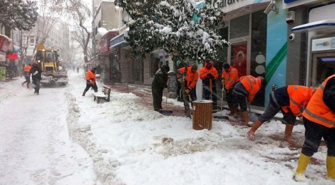 Gelibolu'da kar mesaisi sürüyor