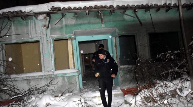 Polis metruk evlerde 'donmamaları' için kimsesiz aradı