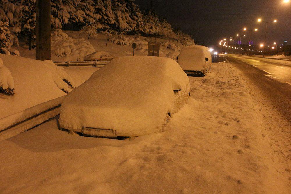 FOTO:DHA - Cuma gecesi yol kenarlarına park edilen araçlar da hâlâ sürücülerini bekliyor.