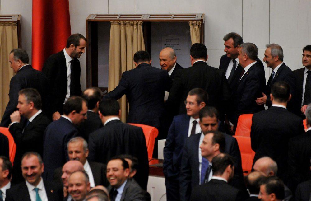 FOTO:SÖZCÜ - Saffet Sancaklı (solda) Bahçeli oy kullanırken kabinin dışında onu bekledi.