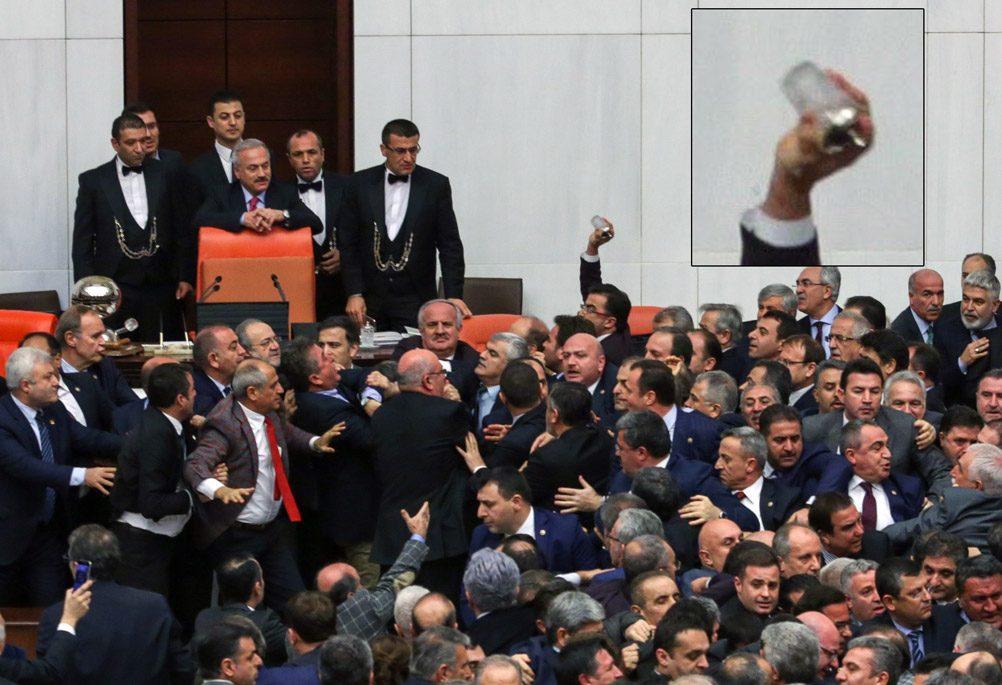 FOTO:İHA - O gece bir başka AKP'li vekilin de benzer bir 'bardak fırlatma' eylemi gerçekleştirdiği objektiflere böyle yakalandı.