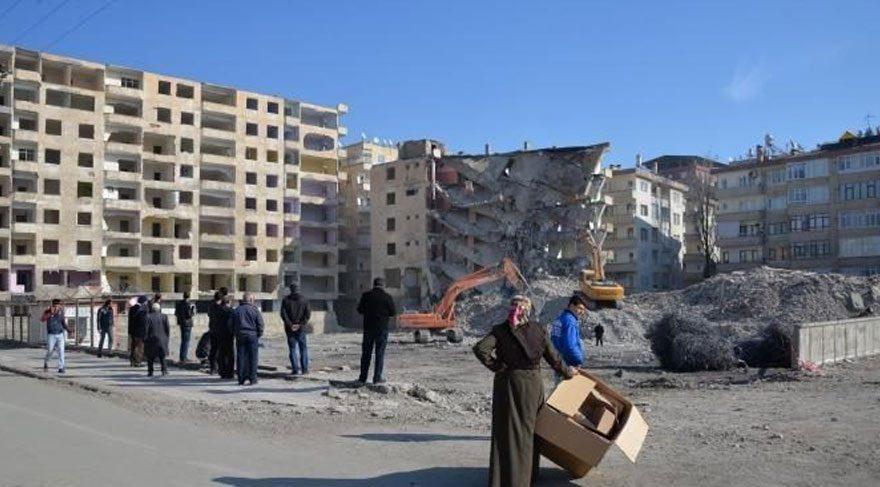 Emniyete bombalı saldırıda ağır hasar gören 8 bina yıkıldı