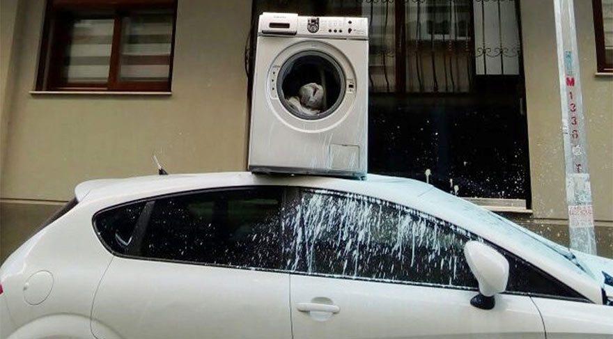 Apartmanın önüne park edilen aracın üzerine çamaşır makinesi attı