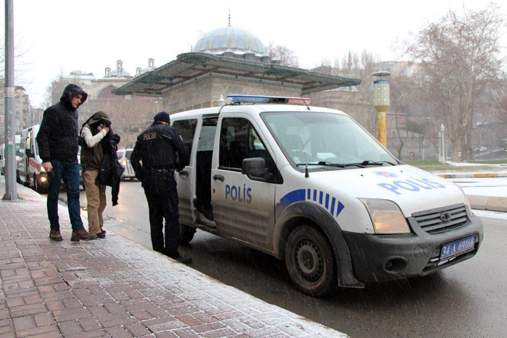 FOTO:İHA - Soğuktan donmak üzere olan bir kişi de polis ve sağlık ekipleri tarafından kurtarıldı.