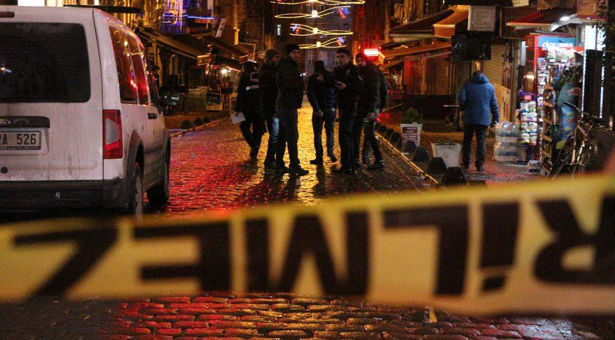 Beyoğlu'nda silahlı kavga: 1'i polis 4 yaralı