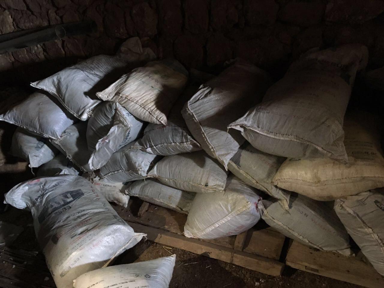 FOTO: İHA/ Evde ele geçirilen bomba yapımında kullanılan malzemeler...