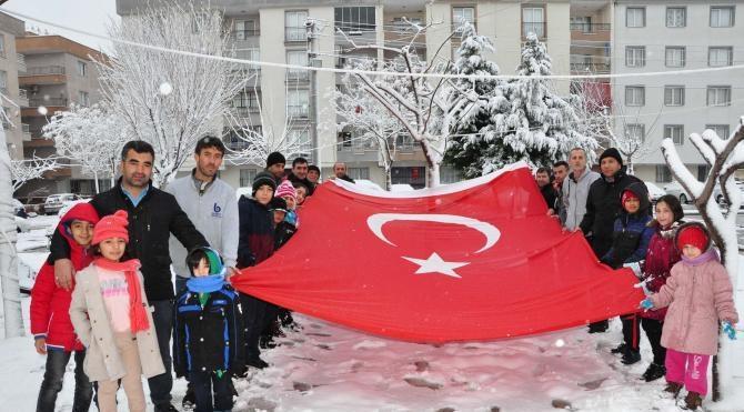 Manisa'da kar topu oynayanlar bayrak açıp terörü lanetledi