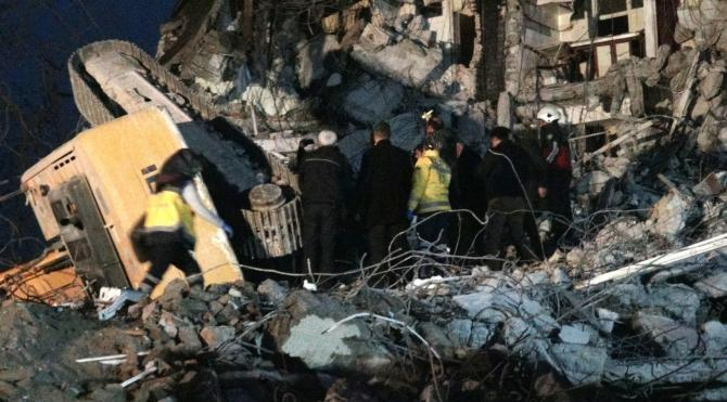 Bina yıkımında kepçe operatörü enkaz altında kaldı