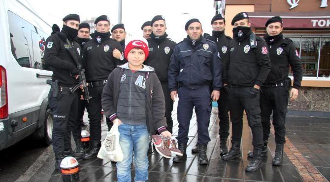 Polisten, ayağı üşüyen Suriyeli çocuğa sıcak hediye