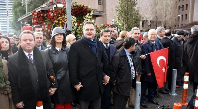 Avukatlar İzmir Adliyesi'ne saldırıyı 'insan zinciri' oluşturarak protesto etti