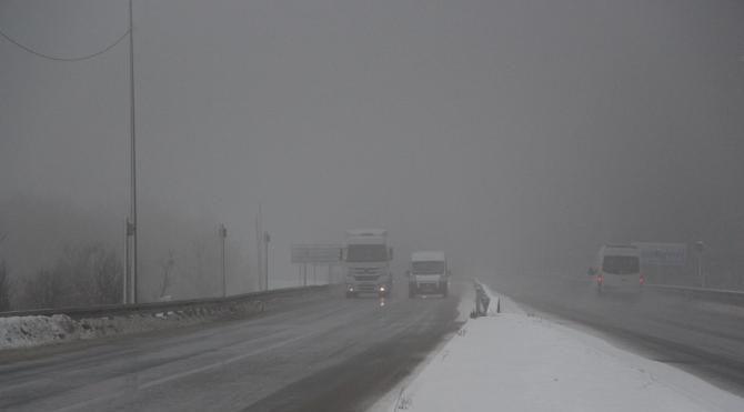 Bolu Dağı nda kar ve sis ulaşımı yavaşlattı