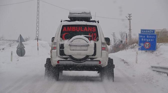 Köyde mahsur kalan hasta, paletli ambulansla kurtarıldı