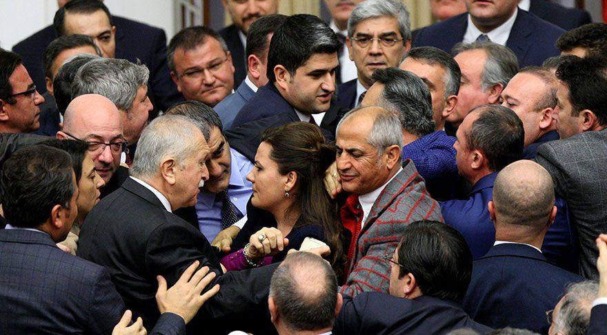 Tekin Kadın eli sıkmayan zihniyet başkanlık için kadının boğazını sıkıyor