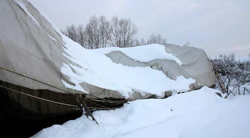 Halı saha karın ağırlığına dayanamadı!