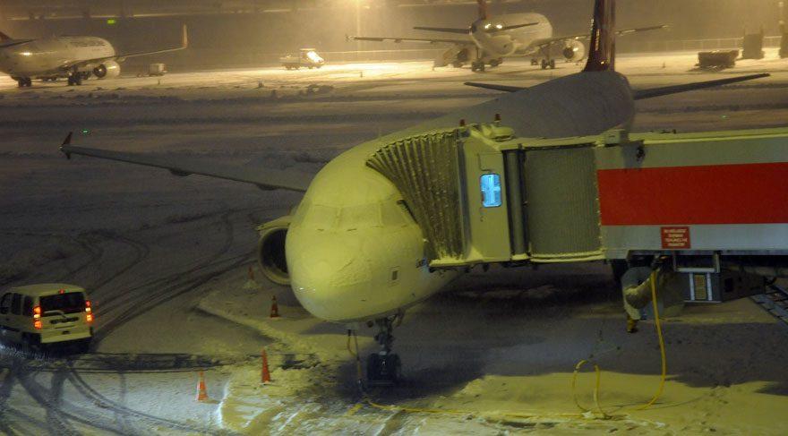 Kar nedeniyle uçuşlar iptal oldu, yolcular mahsur kaldı