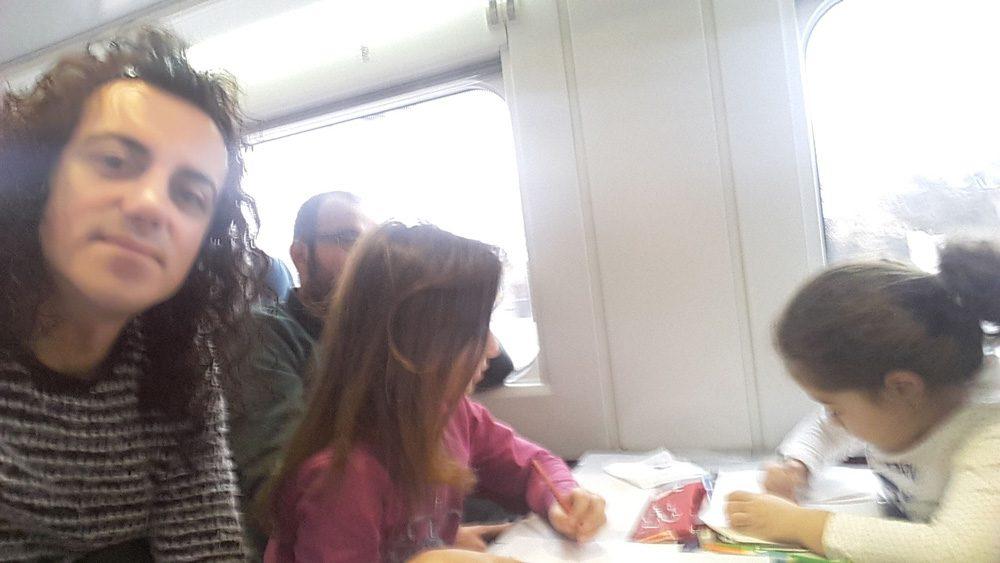 Trenin hareket etmesinden sonra ise baba ile kızı duyarlı yolcular sayesinde yeniden birleşti...