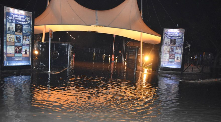 İzmir de sağanak yağış hayatı felç etti